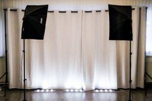 grauer Vorhang mit Scheinwerfern